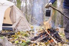 在阵营的火开水加热的罐 免版税图库摄影