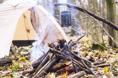 在阵营的火开水加热的罐 库存图片