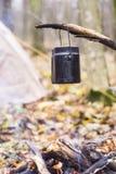 在阵营的火开水加热的罐 免版税库存图片