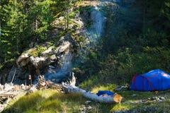在阵营的蓝色帐篷 图库摄影