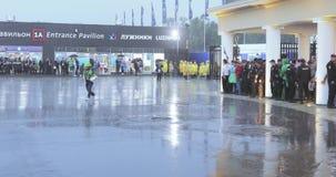 在阵雨下的足球迷在体育场的完成以后 股票视频
