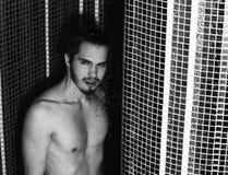 在阵雨的英俊的肌肉性感的人洗涤 免版税图库摄影