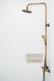 在阵雨箱子的黄铜水龙头葡萄酒设计 库存照片