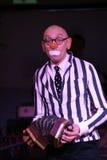 在阶段、喜剧演员、小丑、笑剧、舞台演员、剧院和马戏团笑剧剧院笑剧的电影演员、星和扮小丑的Licedei 库存照片