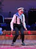 在阶段、喜剧演员、小丑、笑剧、舞台演员、剧院和马戏团笑剧剧院笑剧的电影演员、星和扮小丑的Licedei 免版税库存照片