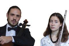 在阶段、大提琴和长笛执行的交响乐团 免版税库存照片