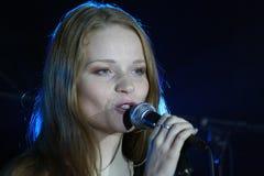 在阶段、音乐家流行音乐石小组薄荷和歌手安娜Malysheva 红色 红色朝向的迷人岩石女孩唱歌 库存照片