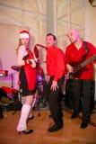 在阶段、音乐家流行音乐石小组薄荷和歌手安娜Malysheva 红色 红色朝向的迷人岩石女孩唱歌 免版税库存图片