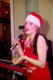 在阶段、音乐家流行音乐石小组薄荷和歌手安娜Malysheva 红色 红色朝向的迷人岩石女孩唱歌 免版税库存照片