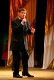 在阶段严密的人的衣服的一位年长歌手与蝶形领结-歌手爱德华小山(先生 Trololo) 免版税库存图片