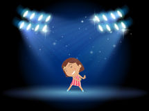 在阶段中间的小女孩跳舞 免版税库存照片
