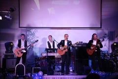 在阶段俄国言情,俄国流行音乐明星、歌手和音乐家亚历山大Malinin唱歌大师  库存图片