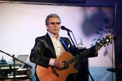在阶段俄国言情,俄国流行音乐明星、歌手和音乐家亚历山大Malinin唱歌大师  库存照片