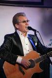在阶段俄国言情,俄国流行音乐明星、歌手和音乐家亚历山大Malinin唱歌大师  免版税库存照片