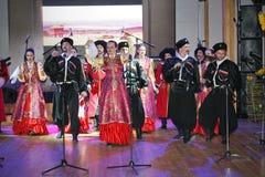 在阶段是舞蹈家和歌手、演员、合唱芭蕾舞团的成员、哥萨克合奏的舞蹈家和独奏者 库存图片