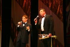 在阶段歌手爱德华小山(先生 Trololo)和艺人-卓越和普遍的艺术家尼可拉Y Pozdeev 库存照片
