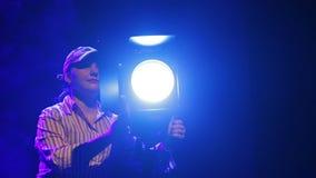 在阶段的一块妇女反光板与戏剧性投影仪一起使用 股票视频