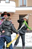 在阶段的两名妇女战斗为乐趣 库存图片