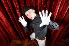 在阶段的主要仪式在红色背景的白色手套 免版税库存图片