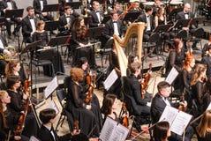 在阶段的交响乐团在停留期间 免版税图库摄影