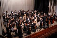 在阶段的交响乐团在音乐会以后 免版税库存照片