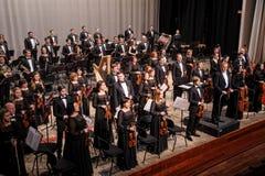 在阶段的交响乐团在音乐会以后 图库摄影