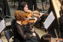 在阶段的交响乐团 小提琴小组戏剧 免版税库存照片