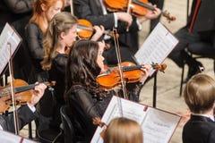 在阶段的交响乐团 小提琴小组戏剧 库存图片