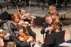 在阶段的交响乐团 小提琴小组戏剧 免版税库存图片