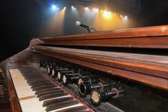 在阶段的古色古香的历史钢琴 库存照片
