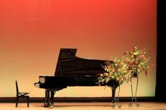 在阶段的大平台钢琴 免版税库存照片