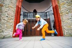 在阶段的小男孩和女孩跳舞在公园 免版税图库摄影