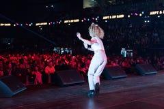 在阶段的年轻白肤金发的妇女跳舞 免版税库存照片