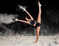 在阶段的当代跳芭蕾舞者跳舞用面粉 免版税图库摄影