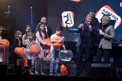 在阶段的抽奖过程在维克托Drobysh第50个年生日音乐会期间在巴克来中心 免版税图库摄影