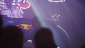在阶段的时髦的女孩舞蹈在夜总会 乏味地 转盘的DJ 聚光灯 影视素材