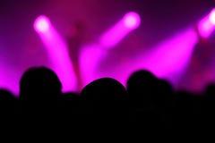 在阶段的桃红色光在音乐会期间 库存照片