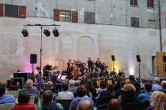 在阶段的爵士乐乐队在庆祝在Spi的历史的中心 免版税库存照片