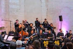 在阶段的爵士乐乐队在庆祝在Spi的历史的中心 库存照片