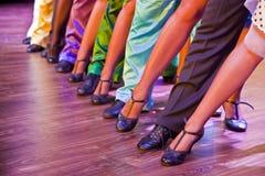 在阶段的舞蹈家腿 免版税库存照片
