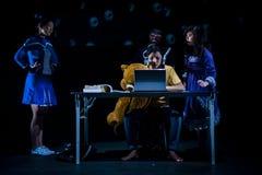 在阶段的表现在黑暗的演播室 图库摄影