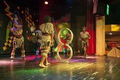 在阶段的非洲杂技演员表现 库存图片