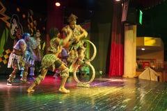 在阶段的非洲杂技演员表现 免版税图库摄影