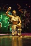 在阶段的非洲杂技演员表现 免版税库存照片
