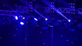 在阶段的音乐会聚光灯 舞池和轻音乐在夜总会 影视素材