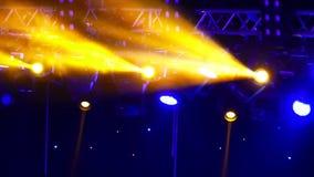 在阶段的音乐会聚光灯 舞池和轻音乐在夜总会 股票视频