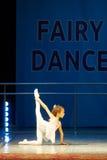 在阶段的年轻芭蕾舞女演员女孩跳舞 库存照片