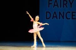 在阶段的年轻芭蕾舞女演员女孩跳舞 图库摄影