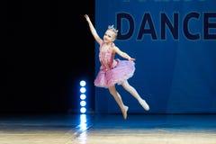 在阶段的年轻芭蕾舞女演员女孩跳舞 免版税图库摄影