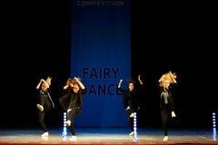 在阶段的年轻芭蕾舞女演员女孩跳舞 免版税库存图片